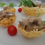 Картофельные корзиночки со свининой в белом соусе