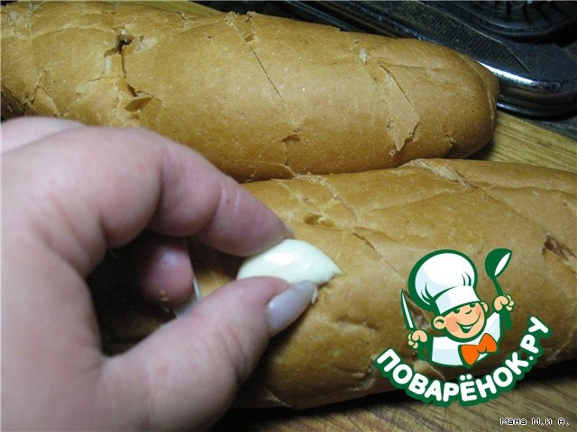 Хрустящий батон, запеченный с чесноком и сыром вкусный пошаговый рецепт с фото #3
