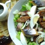 Салат с копченой скумбрией и ржаным хлебом