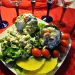 Салат с креветками, авокадо, манго и помидорами