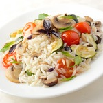 Горячий салат из риса с овощами