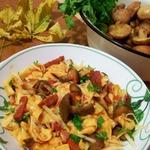 Домашняя паста с грибами и беконом в томатном соусе