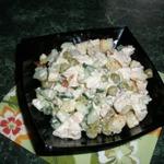 Салат с копченой курочкой, зеленым горошком и гренками