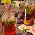 Освежающий коктейль с лимонным чаем и сливовым сиропом