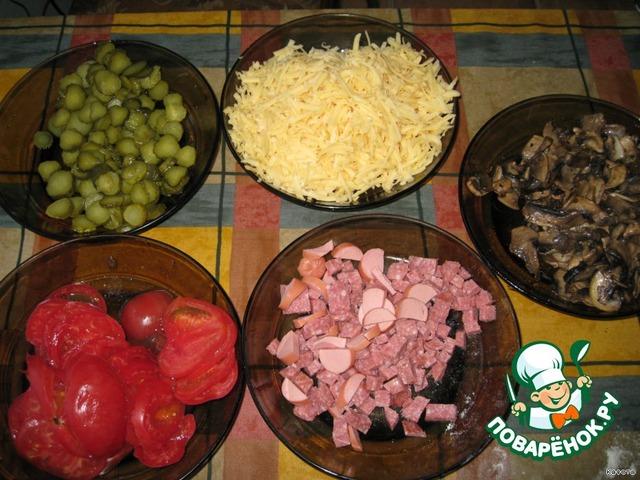 Рецепт пиццы с колбасой сыром и помидорами с огурцами и