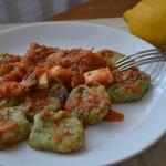 Ньокки из шпината с томатным соусом и сыром