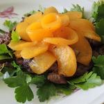 Теплый салат из куриной печени и персиков