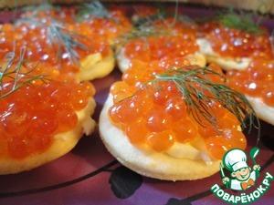Рецепт Канапе с красной икрой на домашних сырных крекерах