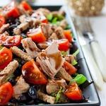 Кранч-салат с черной фасолью и тунцом