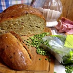 Хлеб гороховый с беконом и луком