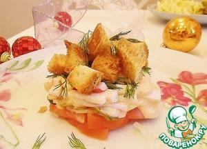 Хрустящий салат с помидором и крабовыми палочками