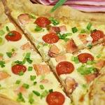 Открытый заливной пирог на слоeном тесте с семгой, томатами черри и моцареллой
