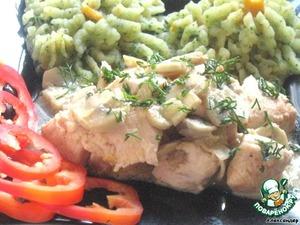 Рецепт Куриная грудка с грибами в сметанно-яичном соусе и цветное пюре