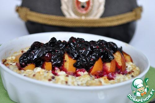 Киноа с яблоком и творогом под соусом из жимолости – кулинарный рецепт
