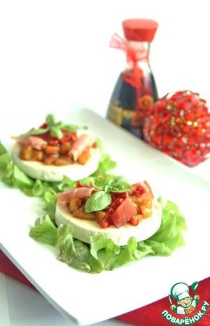Рецепт Вкуснейшая закуска из камамбера с хурмой, карамелизированным луком и хамоном