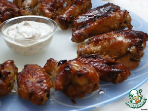 Glazed chicken wings with garlic sauce
