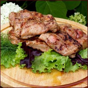 Рецепт Нежные стейки из куриных бедрышек в остро-сладком соусе