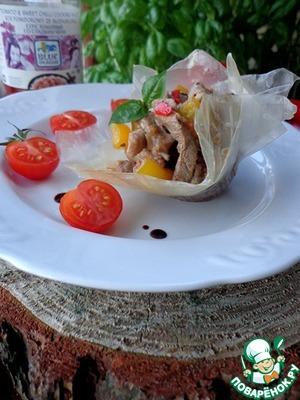 Рецепт Свинина с соте из шампиньонов и овощей в хрустящей рисовой корзинке