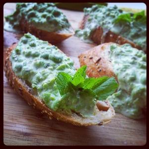 Рецепт Брускетта с зеленым горошком и мятой