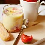 Шоколадный йогурт с маринованной клубникой