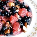 Салат из грейпфрута и черники с миндалём