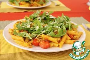 Рецепт Паста пенне с томатно-мясным соусом, томатами черри и рукколой