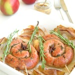 Свиные колбаски запеченные с яблоком, розмарином и тимьяном