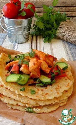 Рецепт Кукурузно-сырные лепешки с куриным филе и овощами