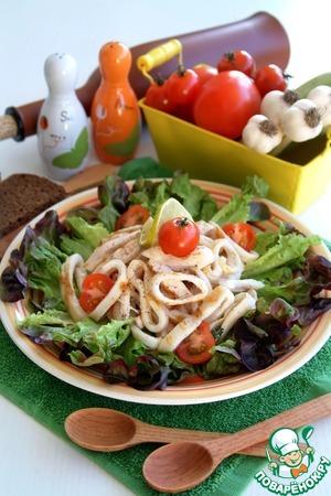 Рецепт Салат из грилованной куриной грудки и кальмаров с зеленью за 15 минут