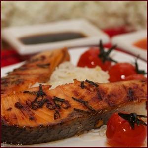 Рецепт Стейк из семги на ложе из запеченных помидоров и рисовой лапши