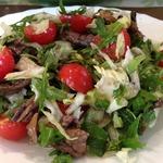 Теплый салат с рукколой, телятиной и помидорами черри