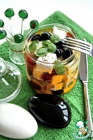 Рецепт Antipasti-козий сыр маринованный с вялеными томатами, чесноком, оливками и ароматными травами