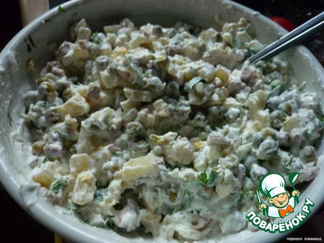 Салат из печени трески с яйцом и зеленым горошком
