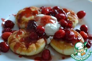 Рецепт Нежные сырники с клюквенным соусом