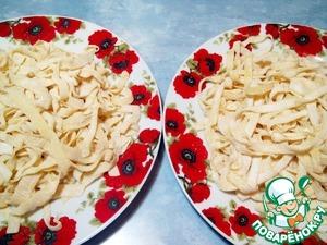 Рецепт: Домашняя лапша, приготовленная двумя способами нарезки