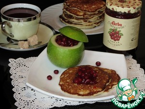 """Рецепт Оладьи на дрожжах с яблоками и соусом из """"Дикой брусники"""" от D'arbo"""
