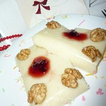 Десерт из манной крупы с клюквенным соусом