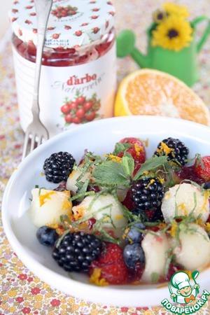 Рецепт Дынно-ягодный салат с апельсиново-клюквенной заправкой