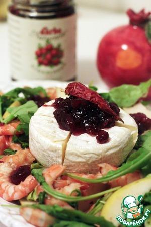 Рецепт Острый салат с креветками, сыром и клюквенным соусом
