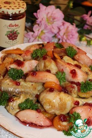 Рецепт Курица с фруктами и брусничным соусом