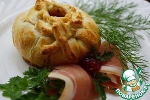 Рецепт Слойки с сыром, ветчиной и клюквенным соусом