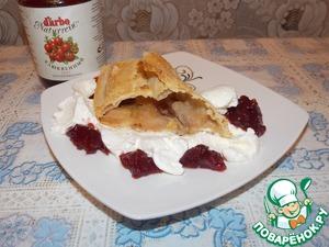 Рецепт Яблочный штрудель с клюквенным соусом и взбитыми сливками