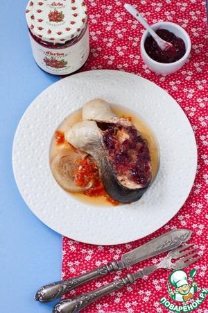 Рецепт Форель, запеченная в пергаменте с томатами, луком и клюквенным соусом