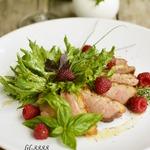 Салат с утиной грудкой и малиной