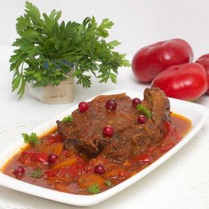 Рецепт Говяжья вырезка, томленная в вине, со сладким перцем и тимьяном
