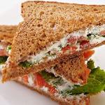 Сэндвичи с творогом и помидорами