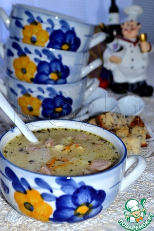 Creamy cheese soup with ham and croutons