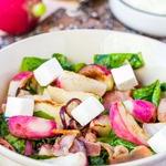 Теплый салат с жареным редисом и беконом