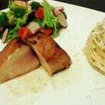 Сочный стейк из тунца средней прожарки (медиум) с пастой и салатом
