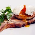 Закусочные бутерброды с семгой и яйцом-пашот